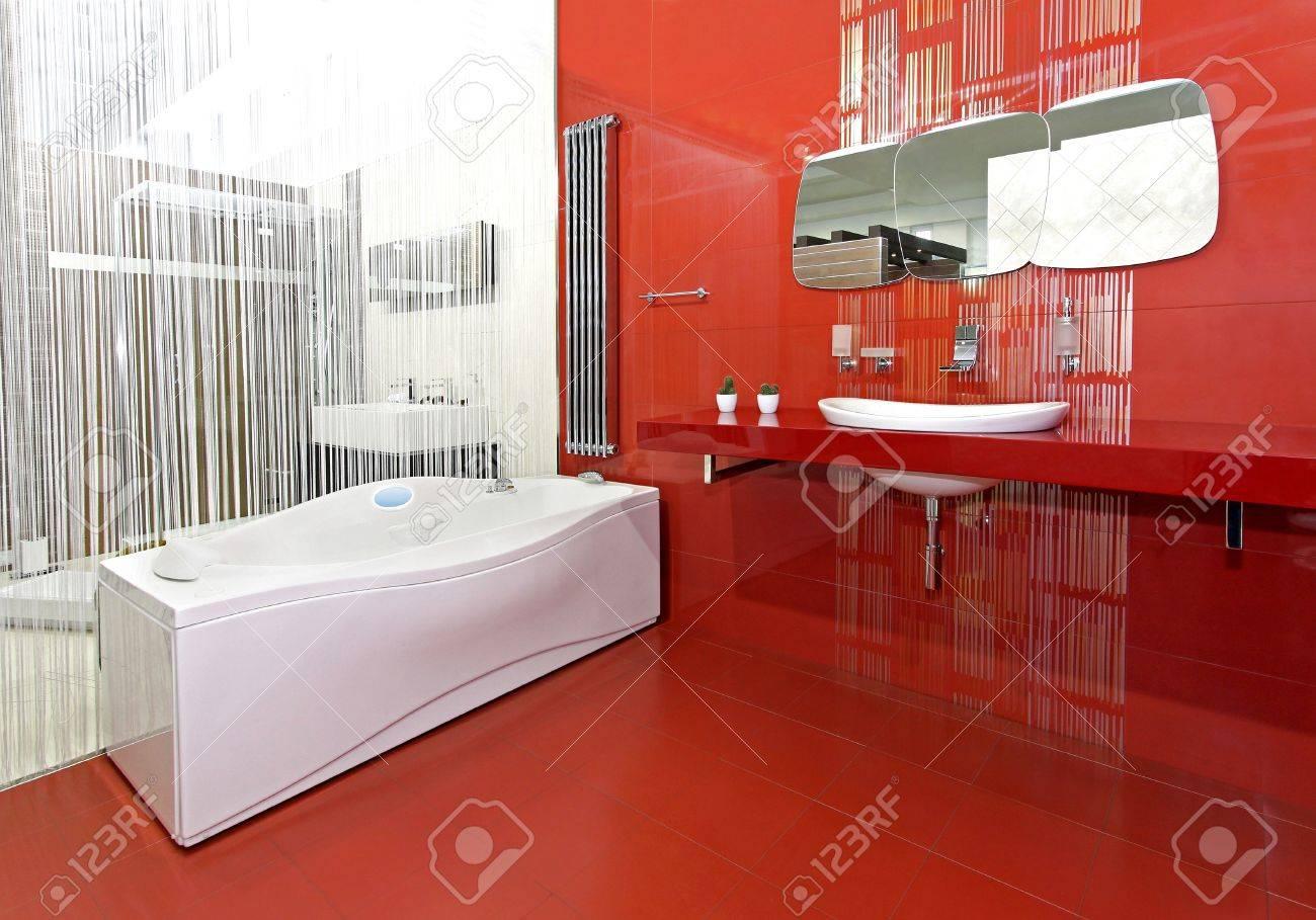 Moderne Badezimmer Mit Roten Keramischen Wande Und Moderne Armaturen