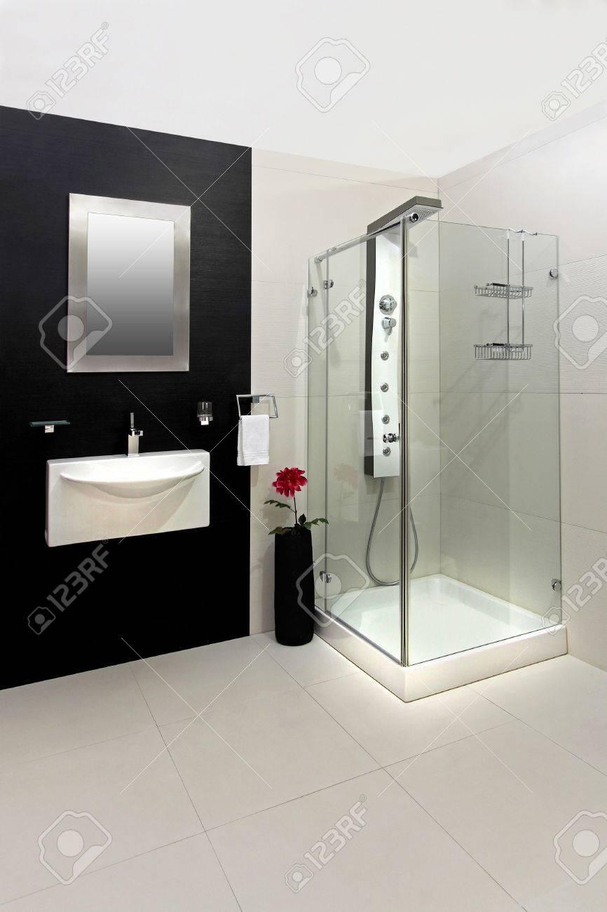 Cuarto De Baño Moderno Con Azulejos En Blanco Y Negro Fotos ...