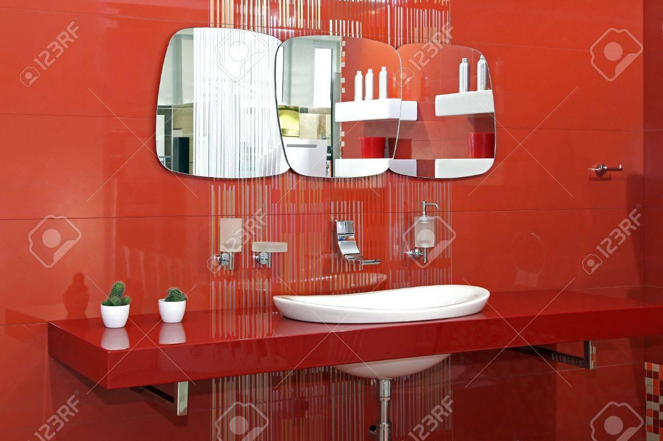 Moderne Badezimmer Mit Roten Wanden Und Zeitgenossische Keramik