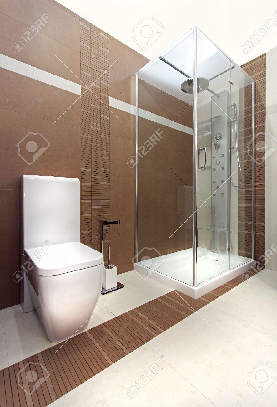 bagno moderno con pavimenti in legno e piastrelle beige foto ... - Bagni Moderni Beige