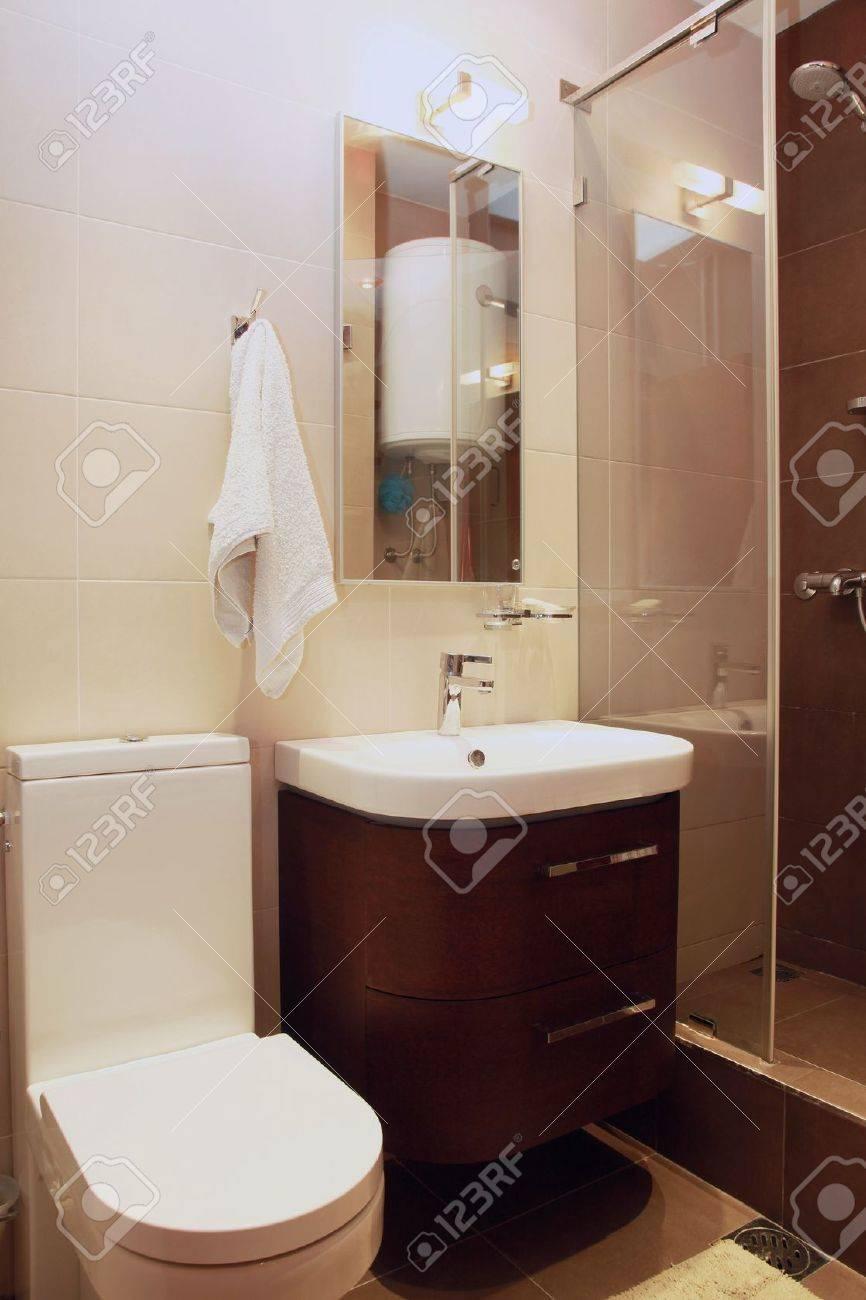 Pequeño Cuarto De Baño Moderno Interior Con Baldosas Marrones Fotos ...