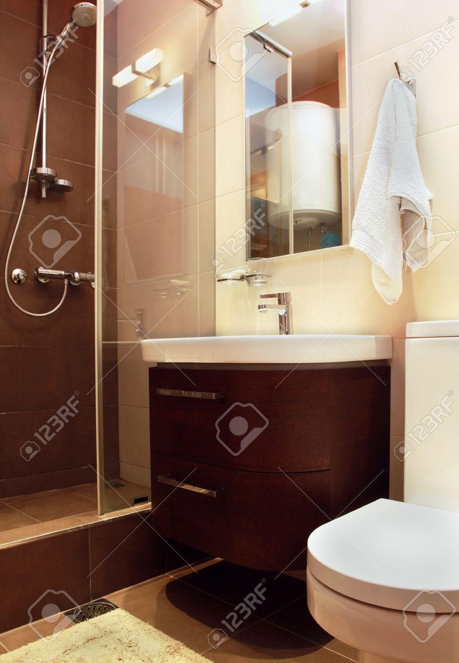 Pequeño Cuarto De Baño Moderno Interior Con Azulejos De Mármol Fotos ...