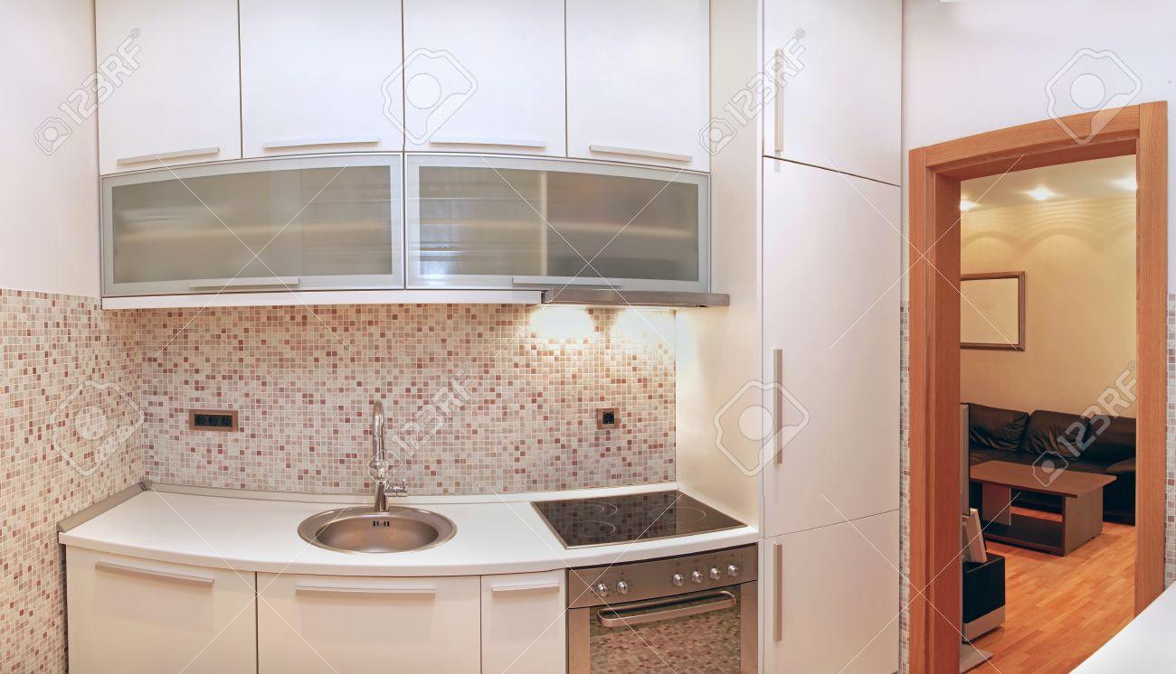 Liebenswert Kleine Moderne Küche Galerie Von Küche Interieur Mit Beige Fliesen Standard-bild -