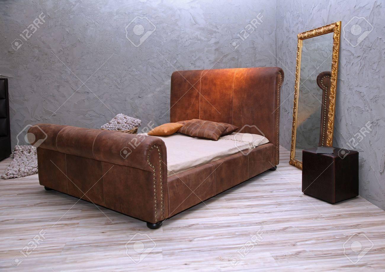 Vintage sovrum inredning med läder säng och spegel royalty fria ...