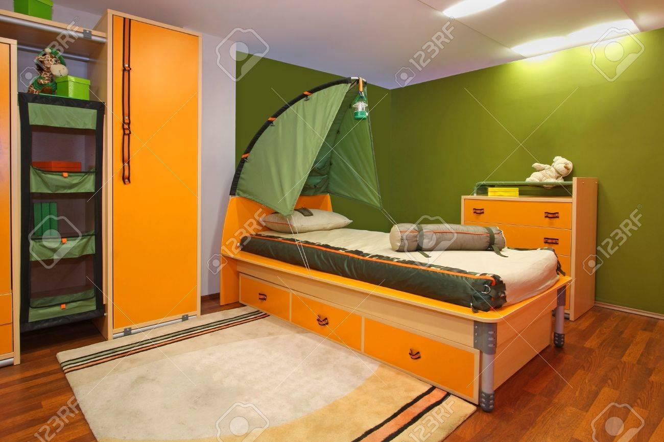 Vert Intérieur De Chambre D\'enfant Avec Le Thème De Camping Banque D ...