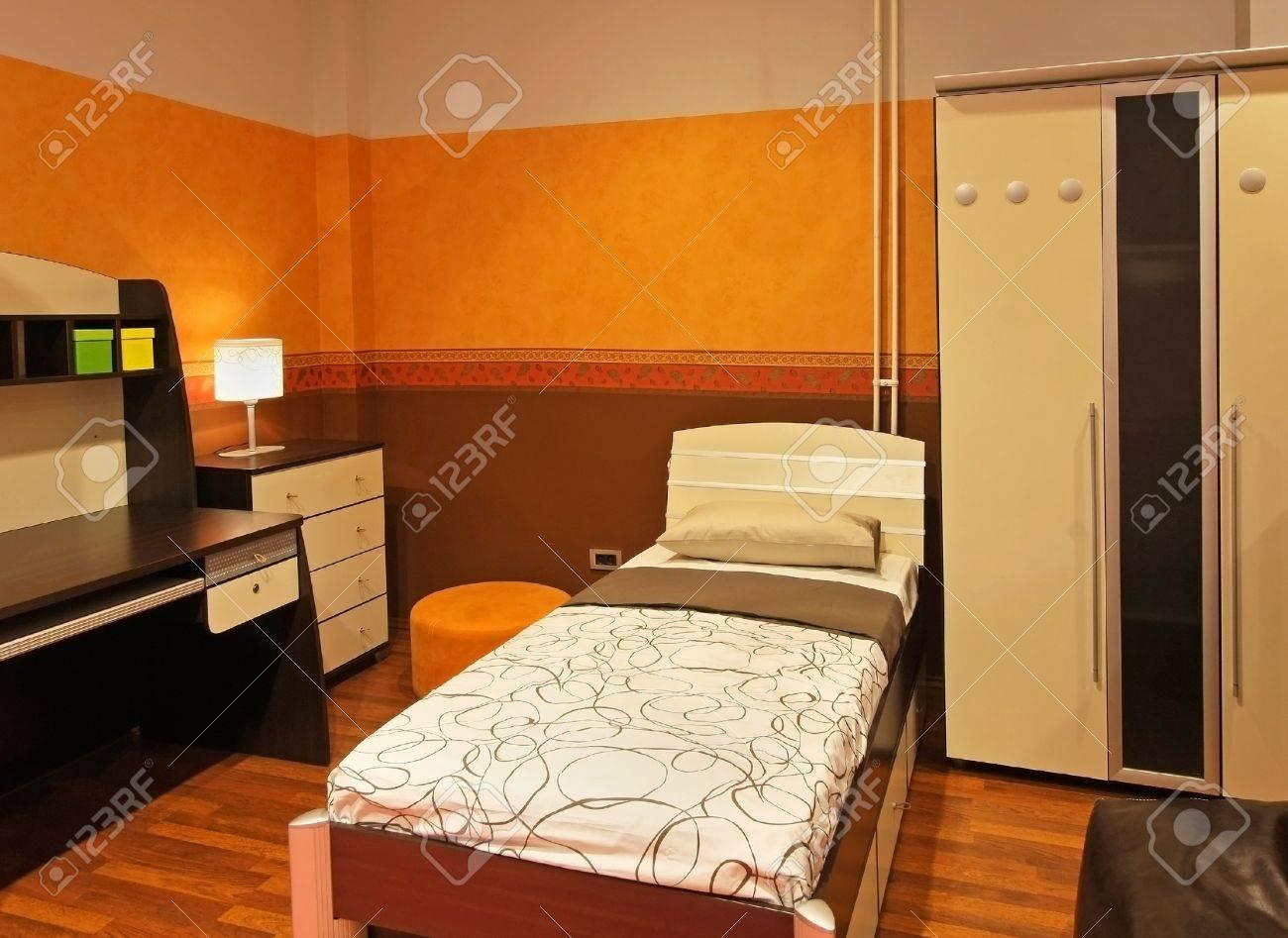 Bon Banque Du0027images   Intérieur De Chambre Du0027enfant Moderne Avec Le Mur Orange  Et Mobilier Marron
