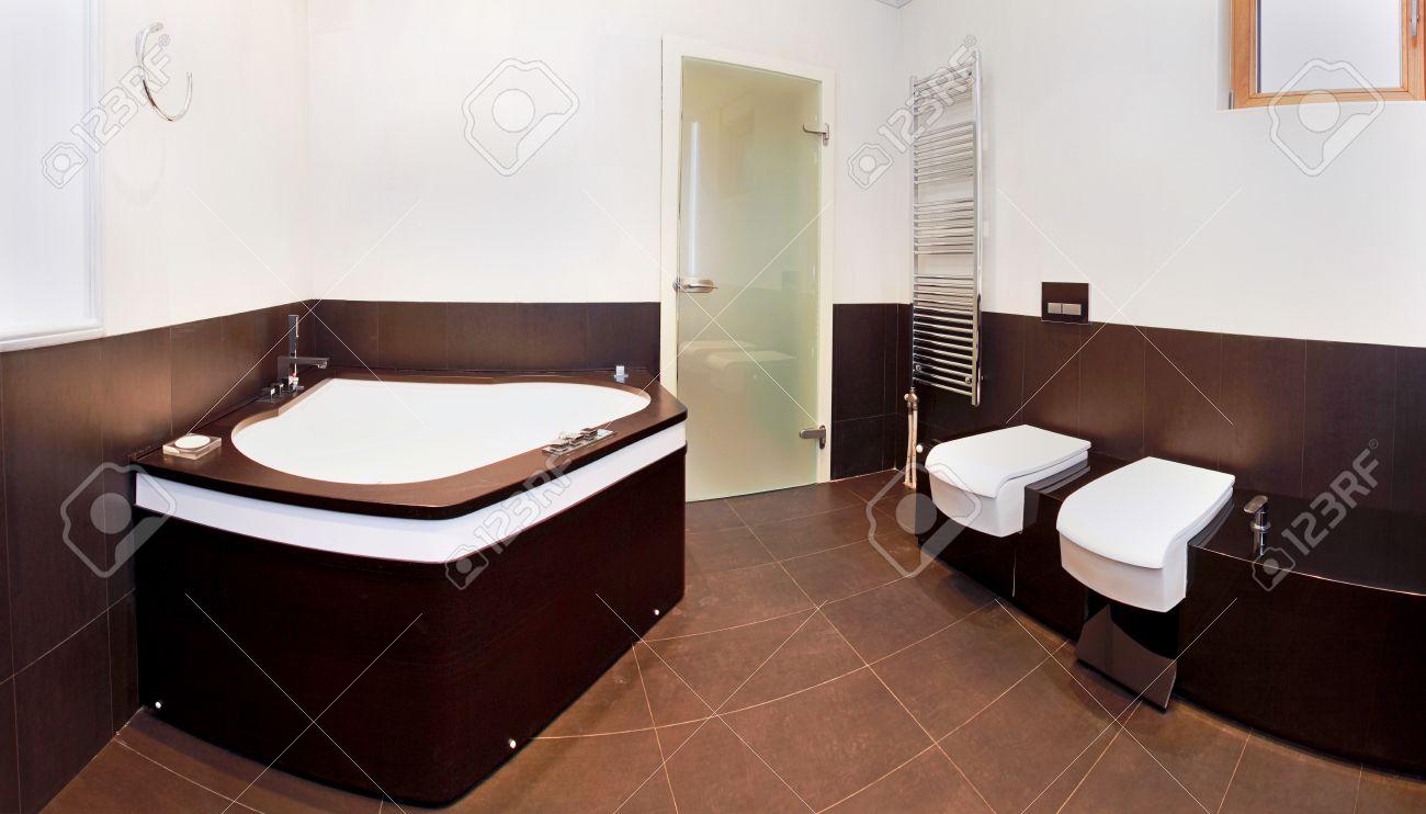 moderno bagno interno con ampia vasca ad angolo foto royalty free ... - Bagni Moderni Con Vasca Angolare