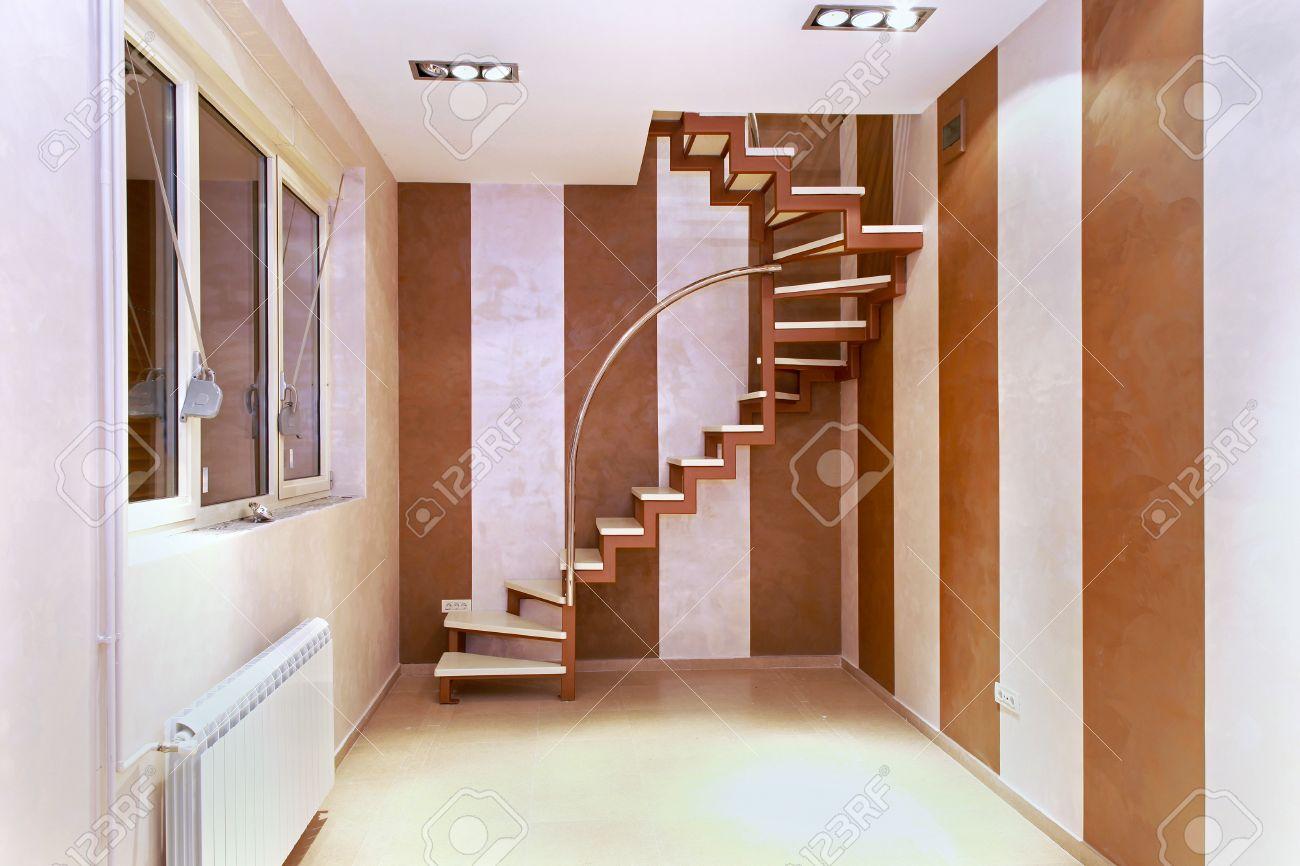 escaleras de caracol en el interior de la pequea esquina interior moderna habitacin foto de archivo