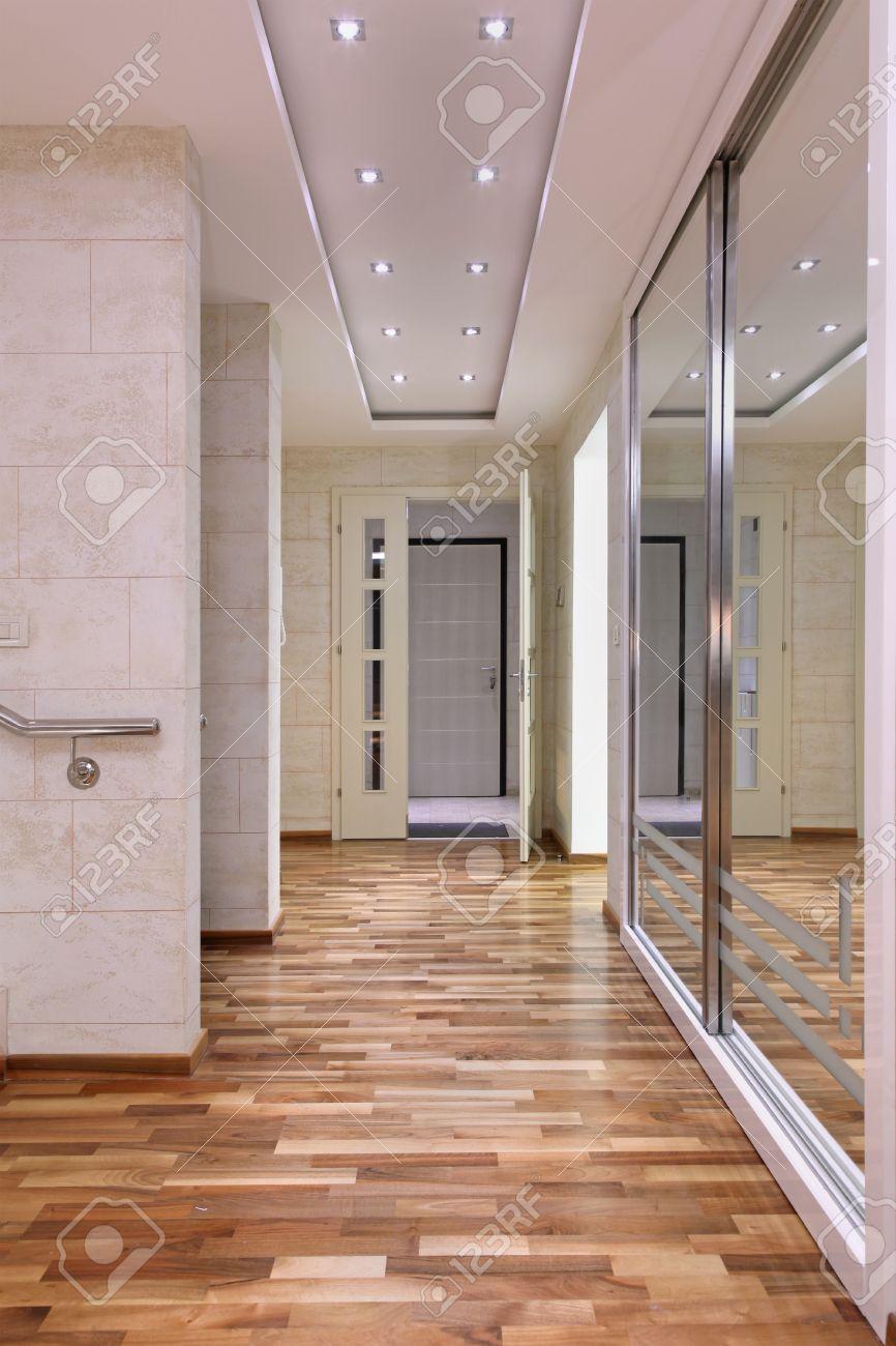 Grand Miroir D Entrée entrée couloir intérieur à l'intérieur de grande maison et un grand miroir  sur le mur