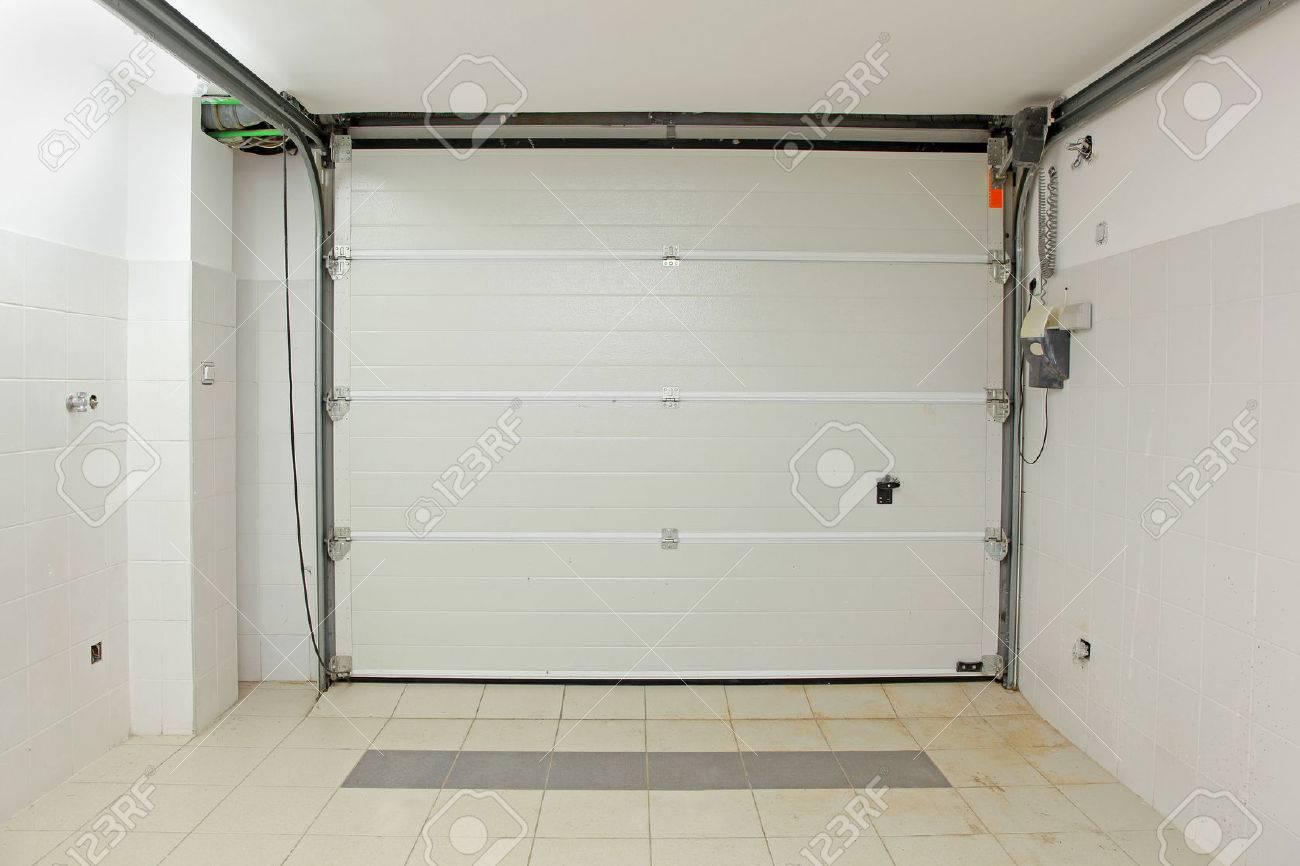 Private Garage Interieur Mit Geschlossenen Tür Von Innen Standard Bild    26168503