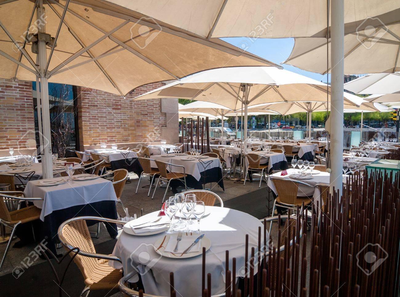 Terraza Del Restaurante Vacío En El Puerto De Barcelona A Mediodía En Un Día Caluroso De Verano