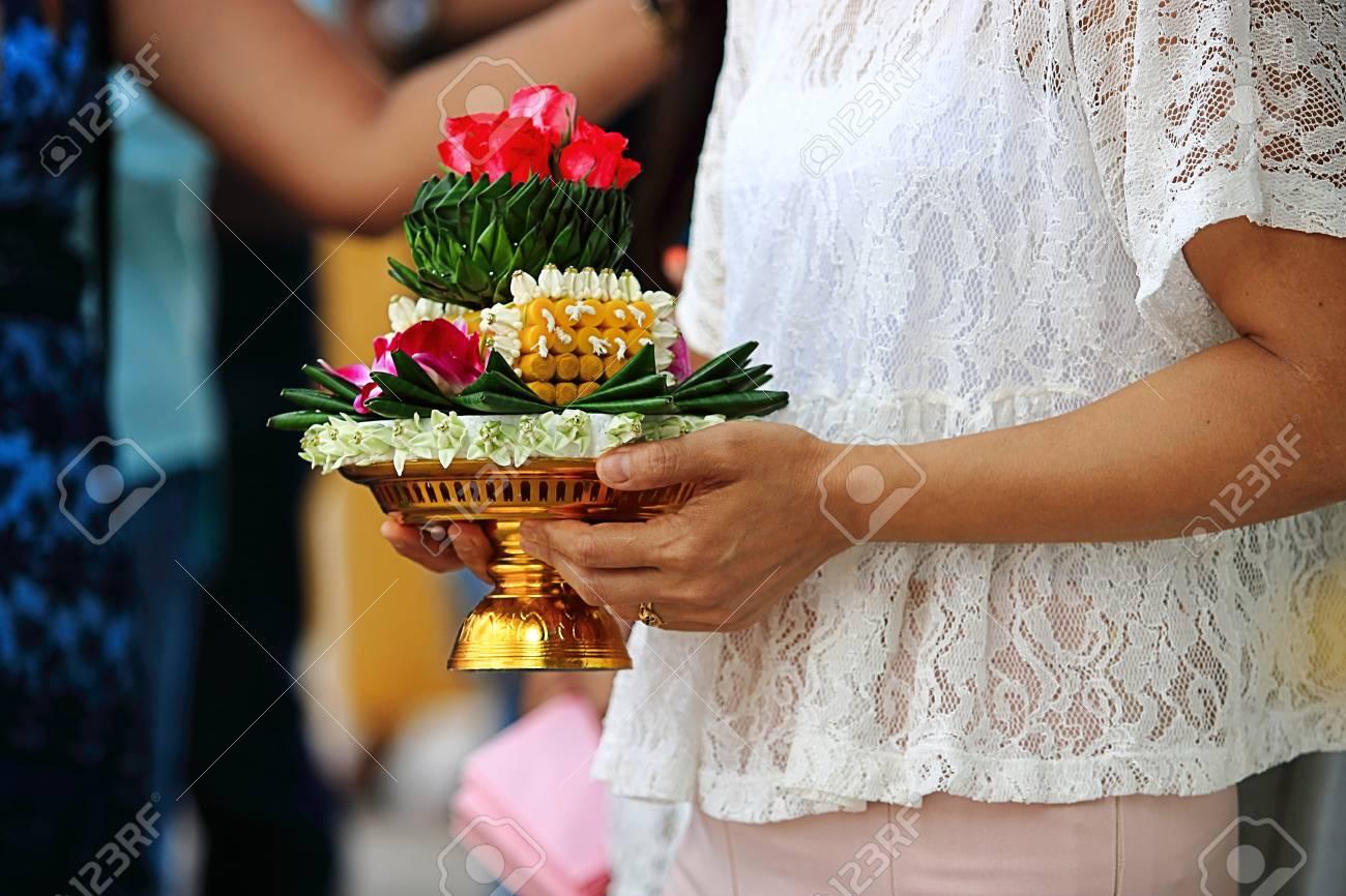 98d675eb0f7e Archivio Fotografico - Khan makk o vassoio di regali è tenuto a mani di  donna nella cerimonia di nozze tradizionale thailandese.
