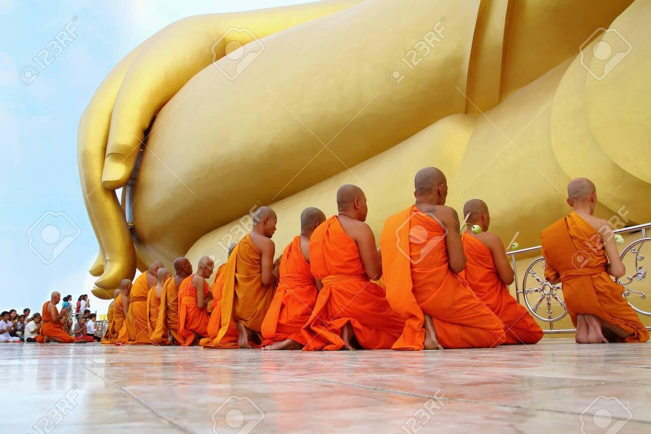 アントン, タイ-7 月 11,2014: 仏教徒と寺院、Asaha プージャー日 ...
