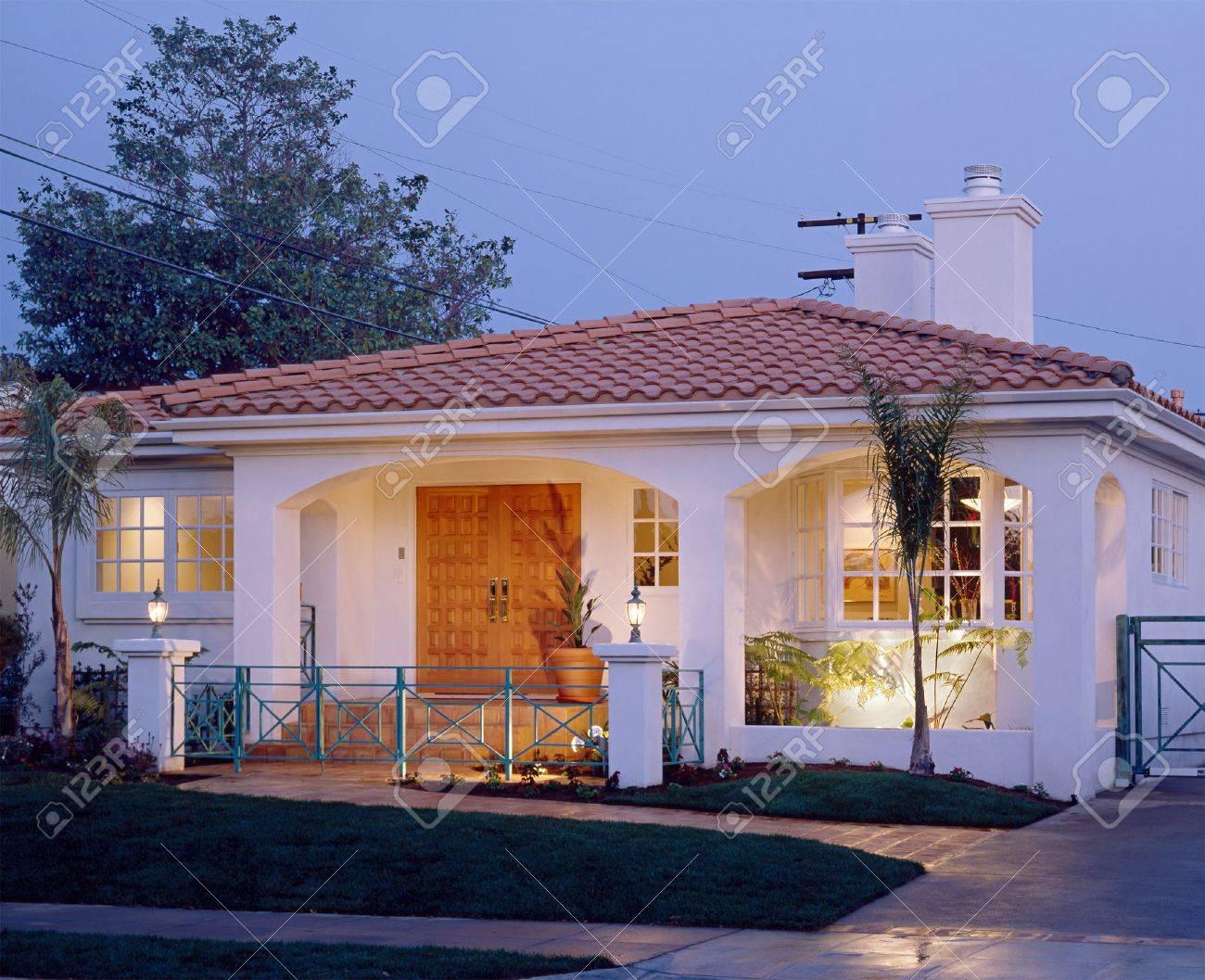 Warm Home Außen Lizenzfreie Fotos, Bilder Und Stock Fotografie ...