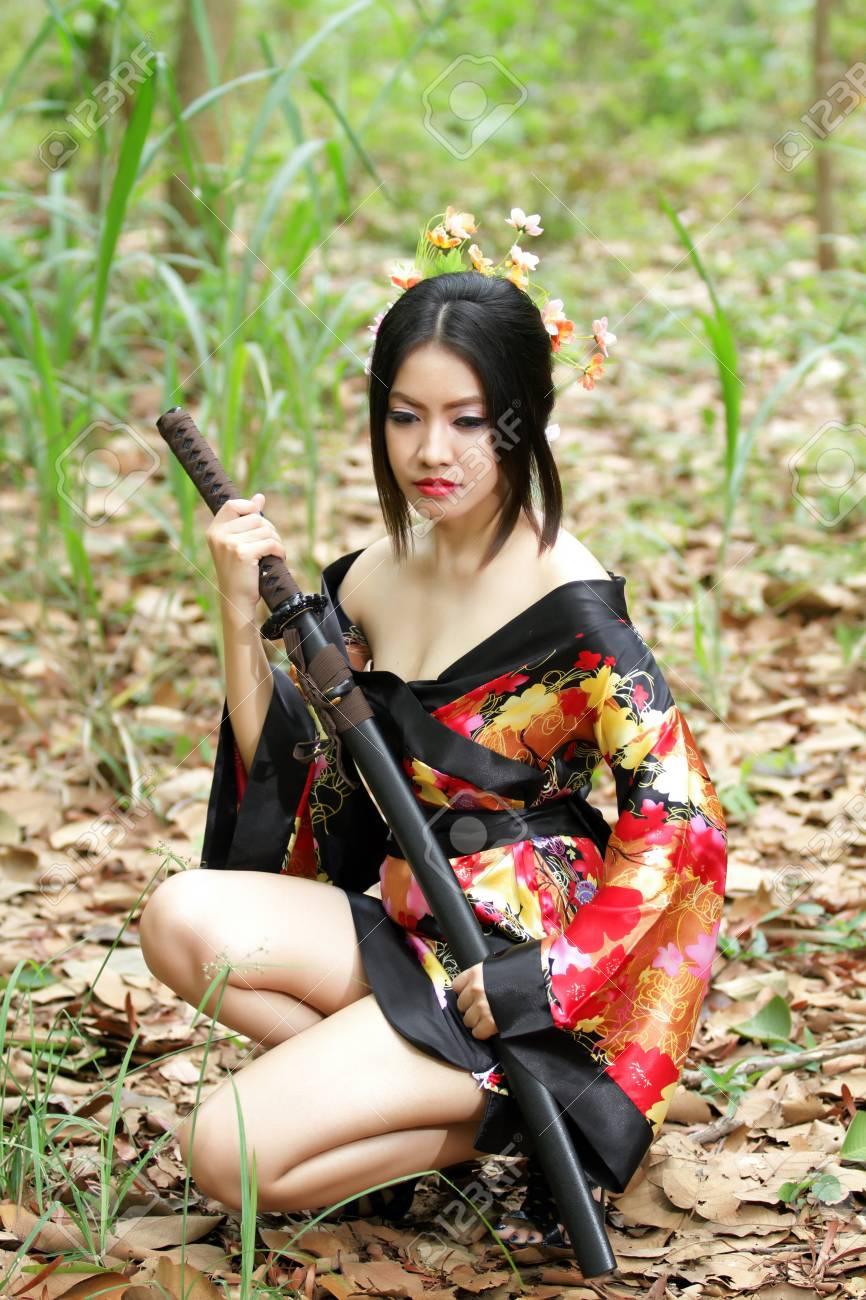 アジアの日本の着物美人の肖像画と日本刀を持つ日本の芸者女性 手で日本剣刀を持つ女性 の写真素材 画像素材 Image