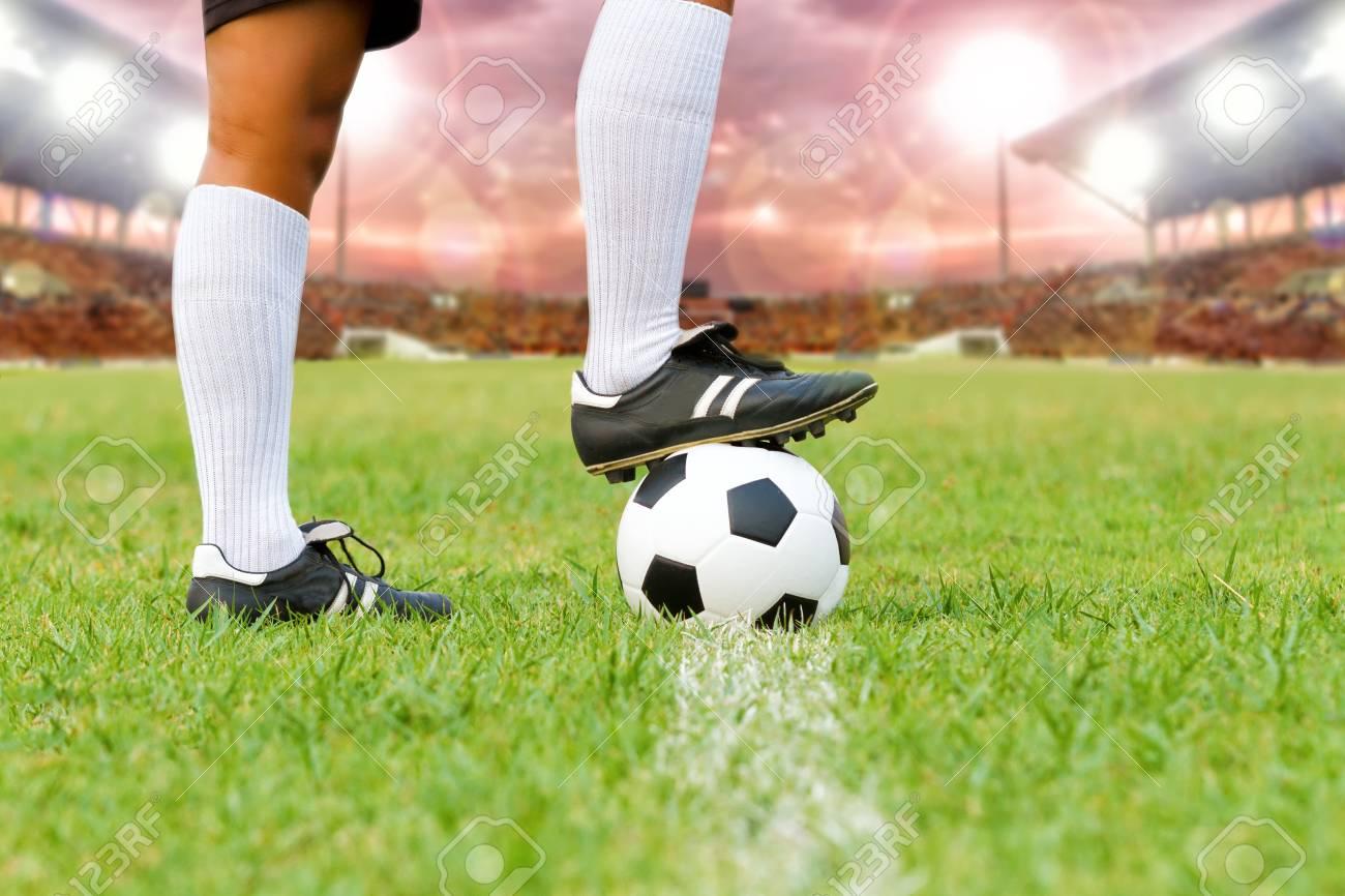 Foto de archivo - Jugador de fútbol o fútbol con pelota en el campo para  patear el balón de fútbol en el estadio de fútbol cf8140ecbc4e0