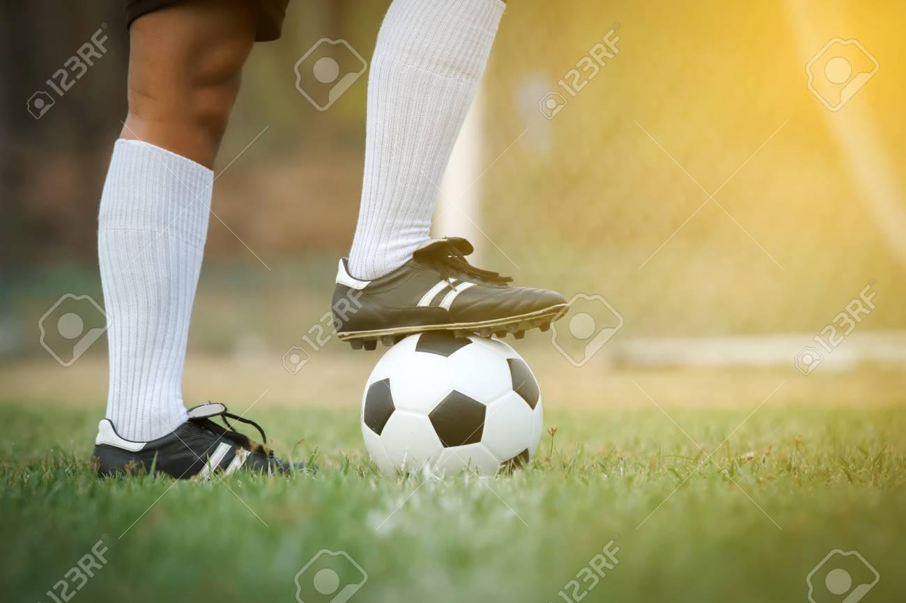 Foto de archivo - Fútbol o jugador de fútbol de pie con bola en el campo de  Kick la pelota de fútbol de47d2c0621fe