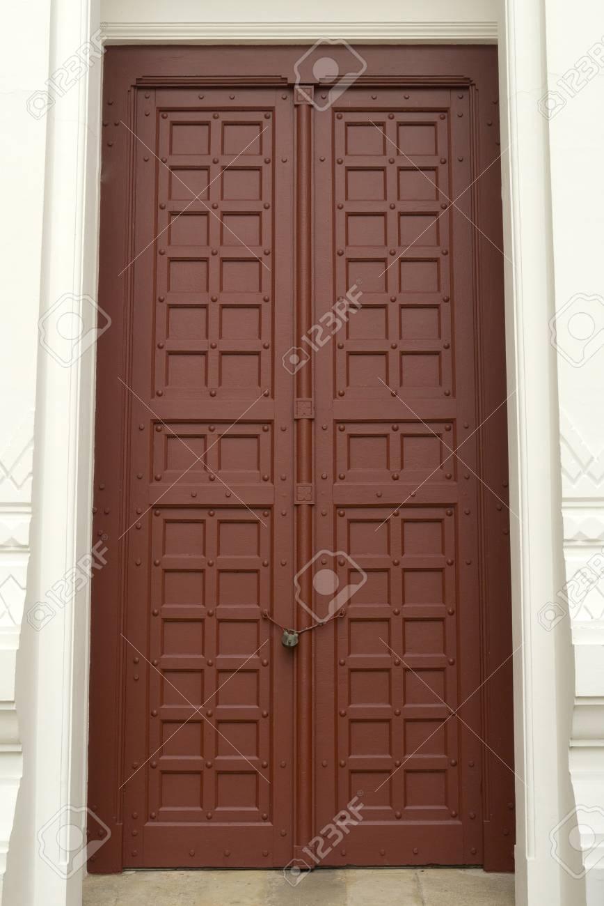 Porte D Entrée Rouge porte d'entrée rouge en face de la maison d'habitation