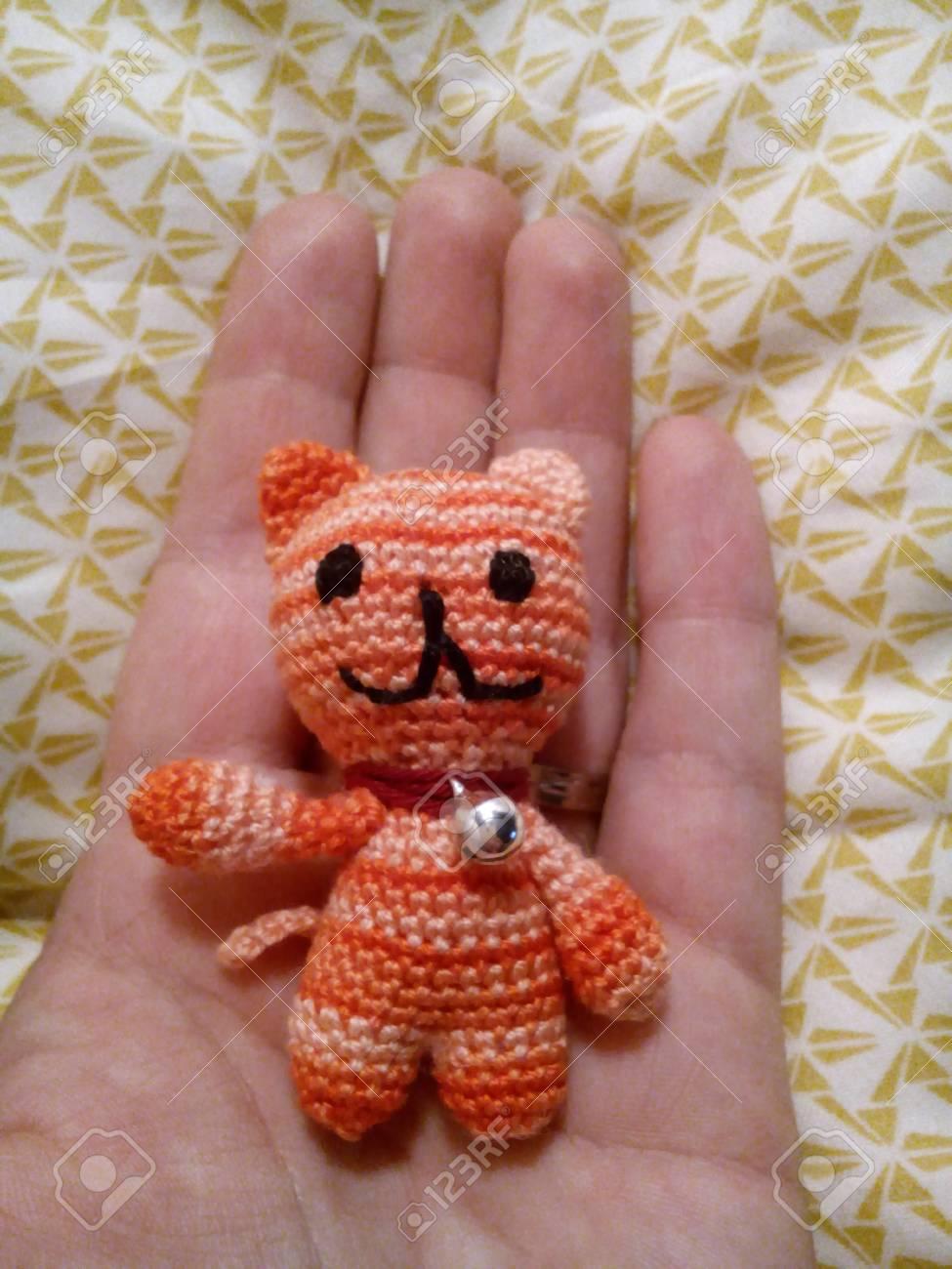 Häkeln Katze Mit Glocke Auf Der Hand Lizenzfreie Fotos Bilder Und
