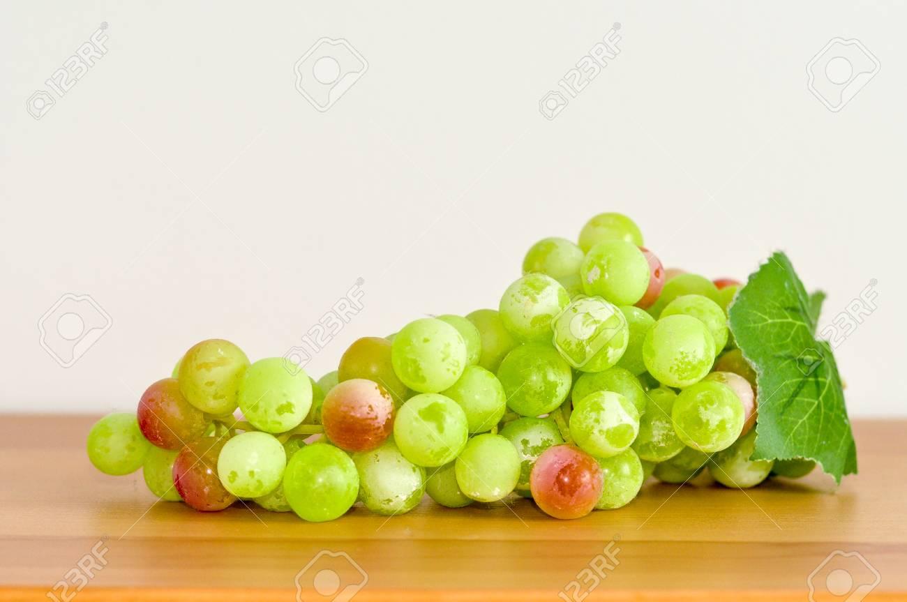 Uva Verde En La Tabla De Madera, Fondo Blanco Para La Decoración De ...
