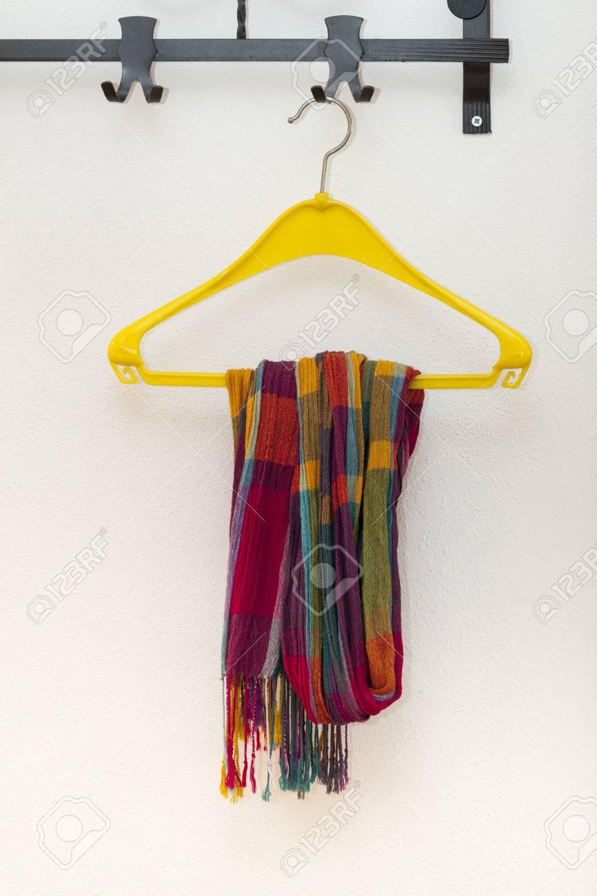 Porte Manteau Avec Un Foulard Sur Cintre En Plastique Banque D