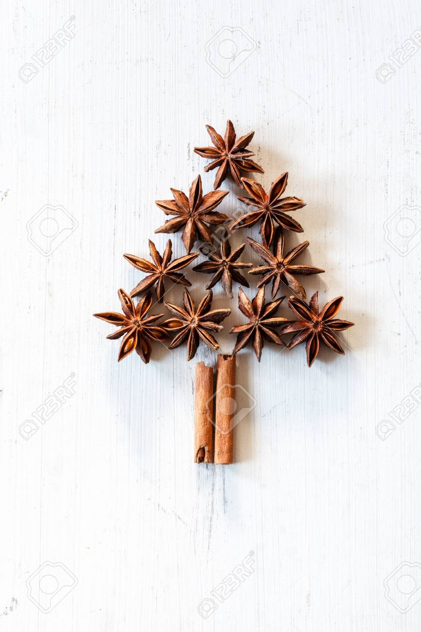 Kerstboom Van Pijpjes Kaneel En Steranijsplant Op Wit Hout Royalty