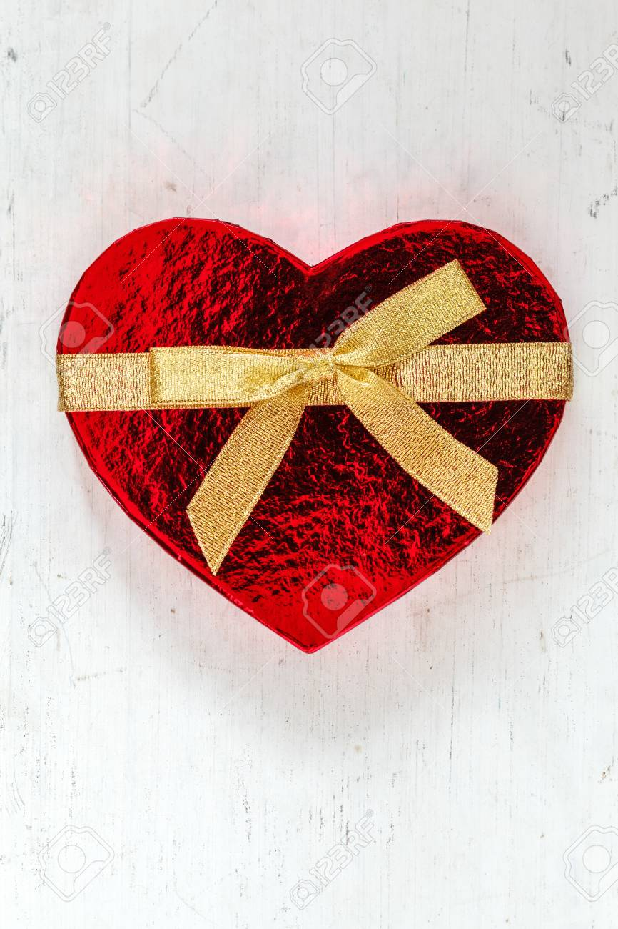 Herzformigen Geschenk Paket Mit Schleife Auf Holz Lizenzfreie Fotos