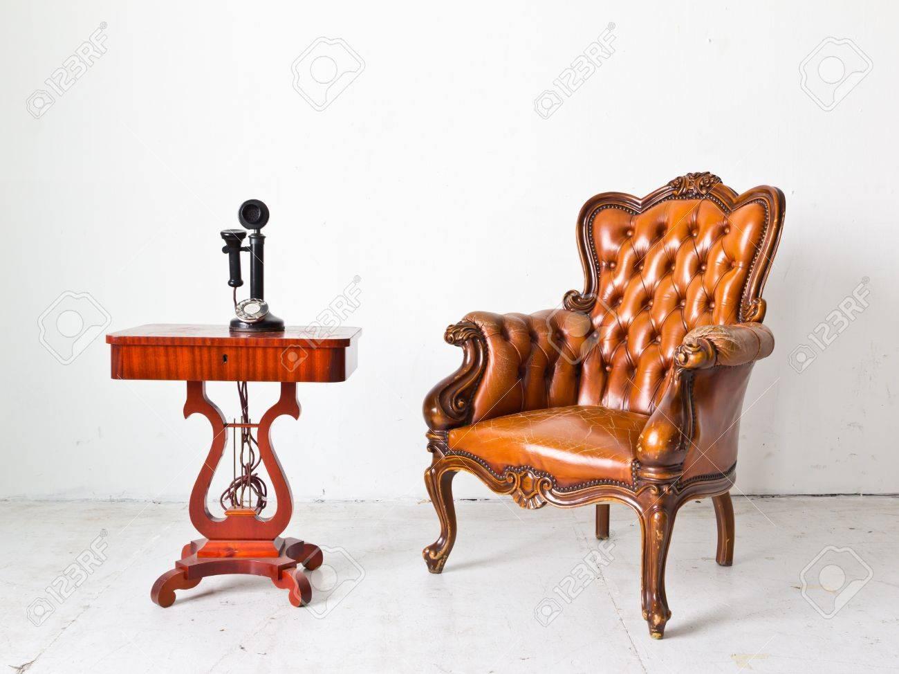 Luxus sessel  Jahrgang Luxus Sessel Und Telefon Im Weißen Raum Lizenzfreie Fotos ...