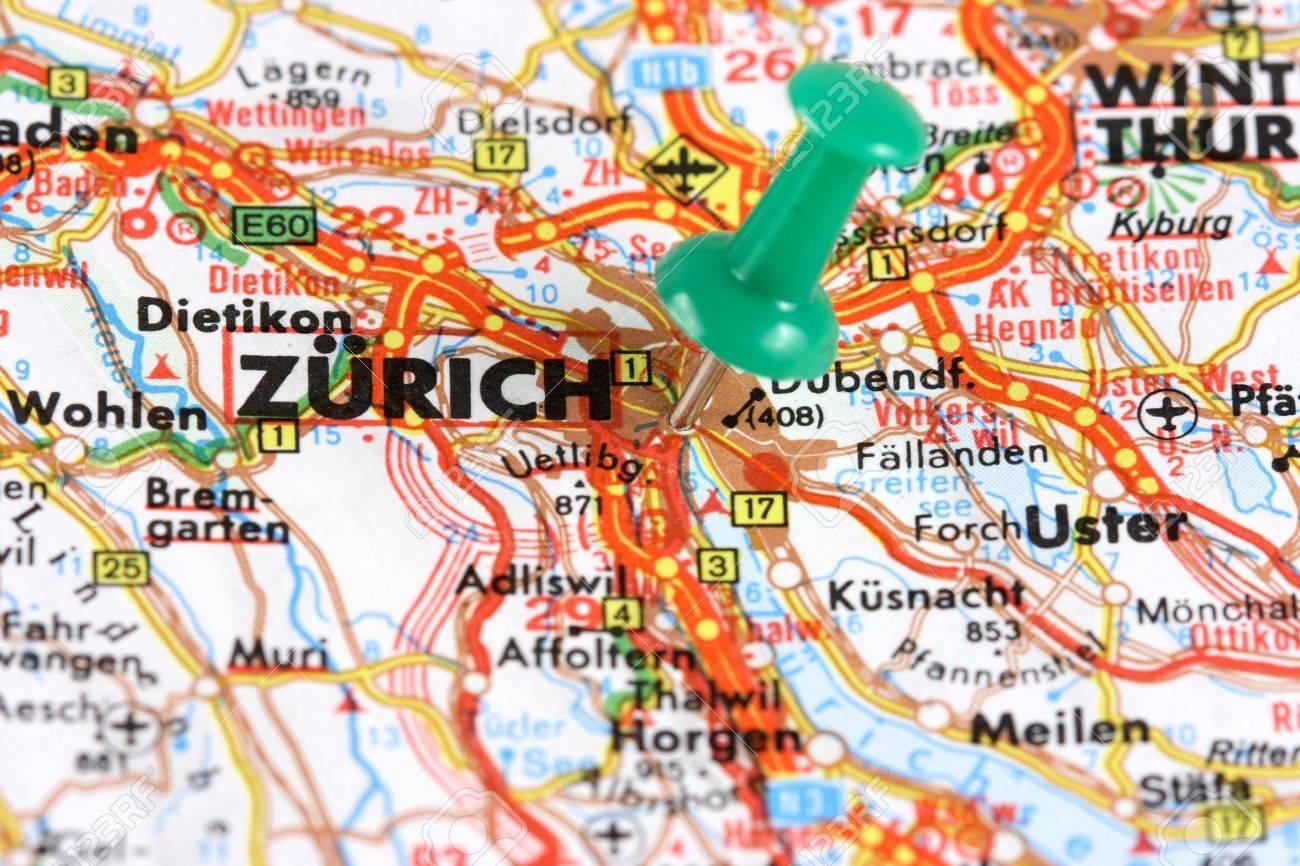 2678495-Zurich-Suisse-Europe-Pousser-la-broche-sur-une-vieille-carte-Voyage-destination-Selective-focus--Banque-d'images