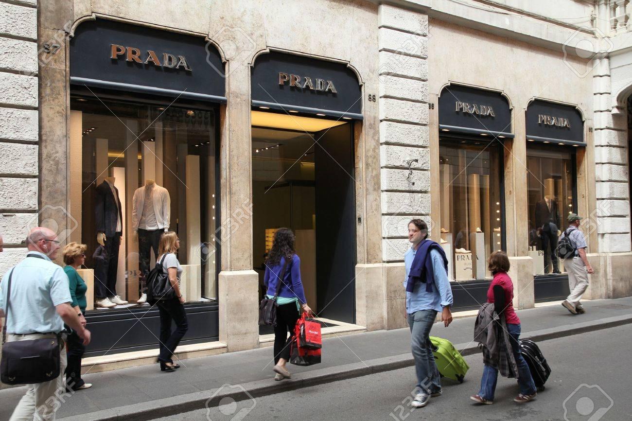 buy online 75e04 02a13 Roma - el 12 de mayo: Prada lujo moda boutique el 12 de mayo de 2010 en  Roma. Según Trendbird, Prada es en el top 10 más valiosas marcas de lujo,  con ...