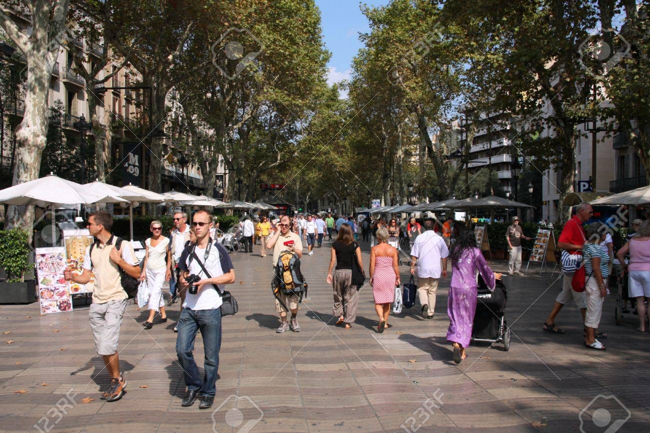 BARCELONA - SEPTEMBER 13: Tourists strolling famous Ramblas on September 13, 2009 in Barcelona. Rambla boulevard is one of the most recognized streets in the world. Stock Photo - 8485394
