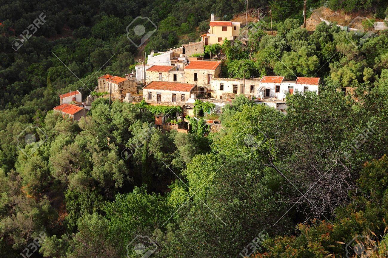 [Fic] La guerre civile CSPienne  25304448-Paysage-de-l-le-de-Cr-te-en-Gr-ce-Petit-village-de-montagne-grecque--Banque-d'images