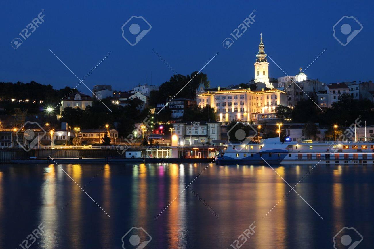 ベオグラード セルビアの首都夜景 ライトアップされた街並み の写真素材 画像素材 Image
