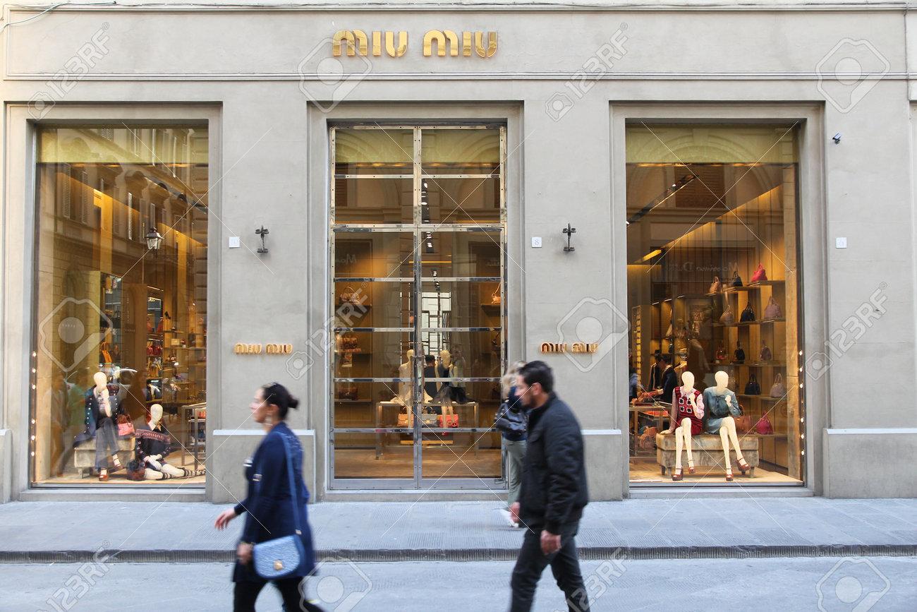 FIRENZE, ITALIA 30 APRILE 2015: i negozi al negozio di moda Miu Miu a Firenze. Miu Miu è una parte di Prada, società con 3,6 miliardi di euro di