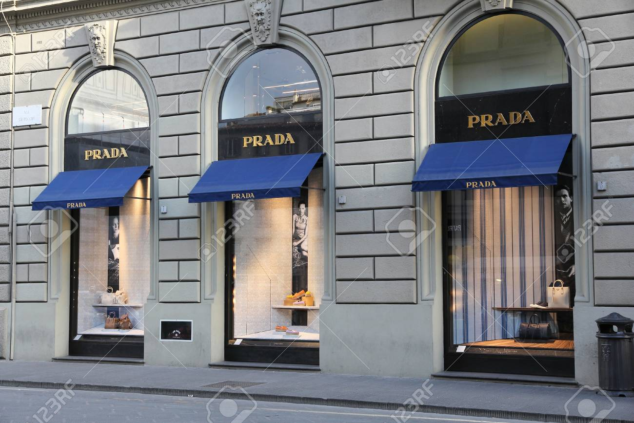 FIRENZE, ITALIA 30 APRILE 2015: Prada fashion store a Firenze. Prada è una società di moda con 3,6 miliardi di EUR di entrate annuali (2013).