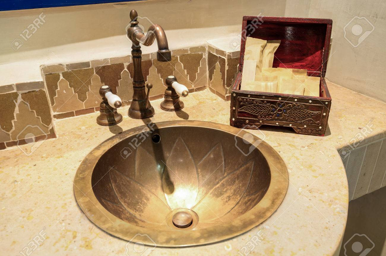 Salle de bain style marocain vintage avec commodités