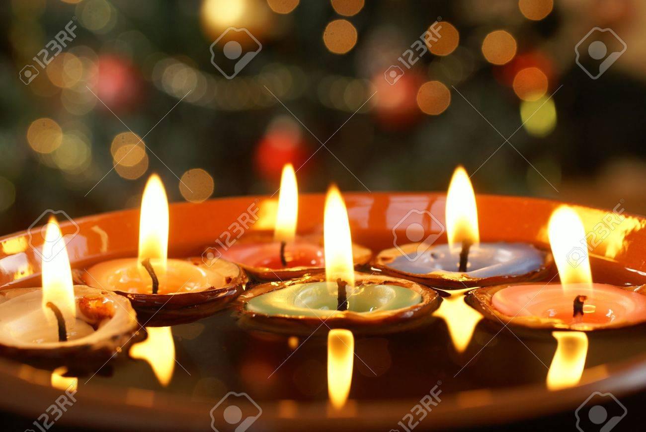 foto de archivo velas en cscaras de nuez flotando en el agua con el fondo de la navidad