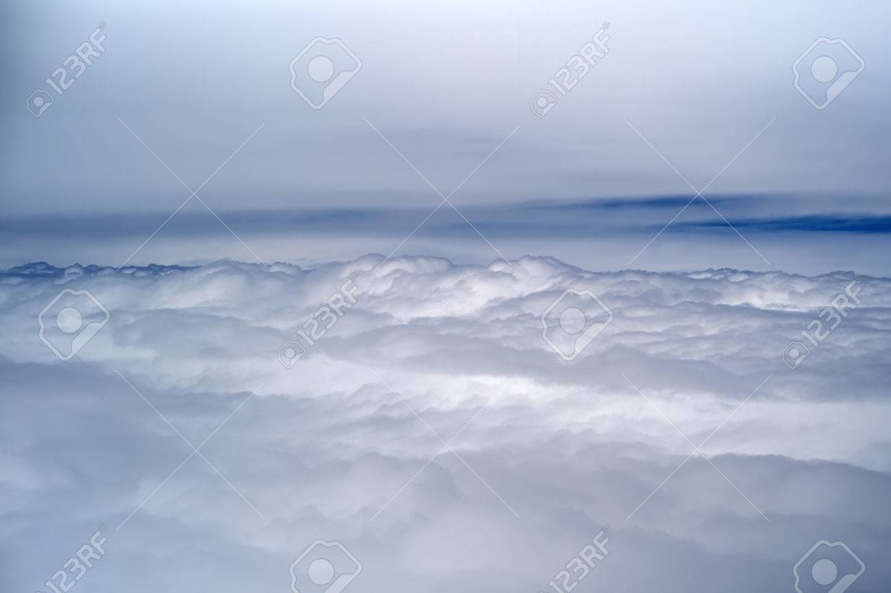 Hauteur Ciel De Pluie résumé belle vue extérieure de vol de l'espace de hauteur de l'air avec un  ciel gris et blancs moelleux nuages ??de pluie avec l'air lueur bleue sur