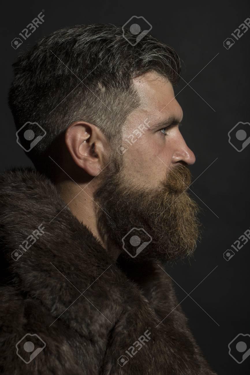 vente chaude dernière sélection de 2019 meilleur prix Profil de brutal seus homme mal rasé avec une longue barbe et moustache  hendlebar des lunettes de soleil et brun manteau de fourrure debout sur  fond ...