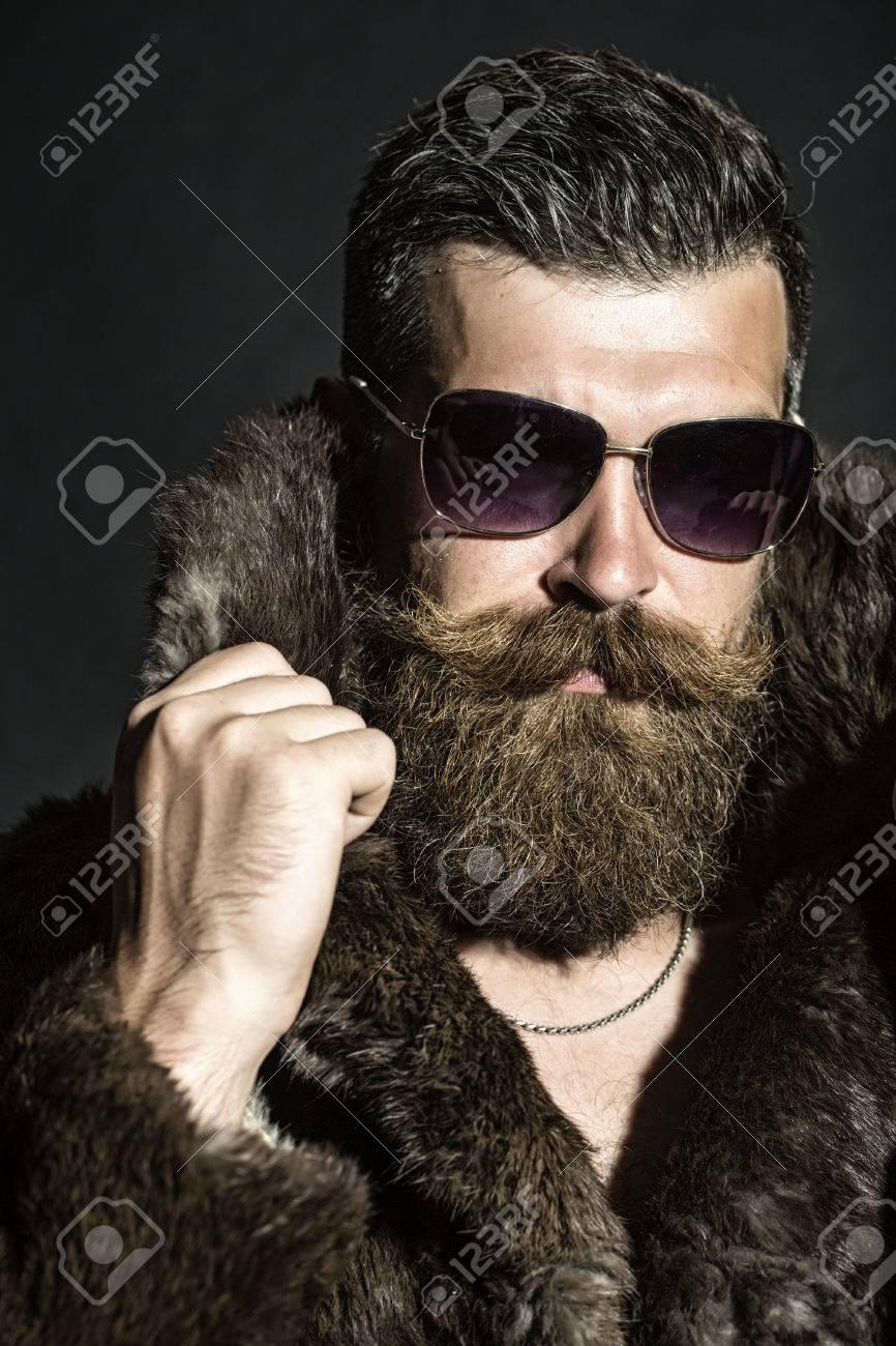 professionnel de premier plan prix pas cher 100% qualité garantie Brutal homme mal rasé sexy avec une longue barbe et moustache hendlebar des  lunettes de soleil et marron collier de maintien de manteau de fourrure ...