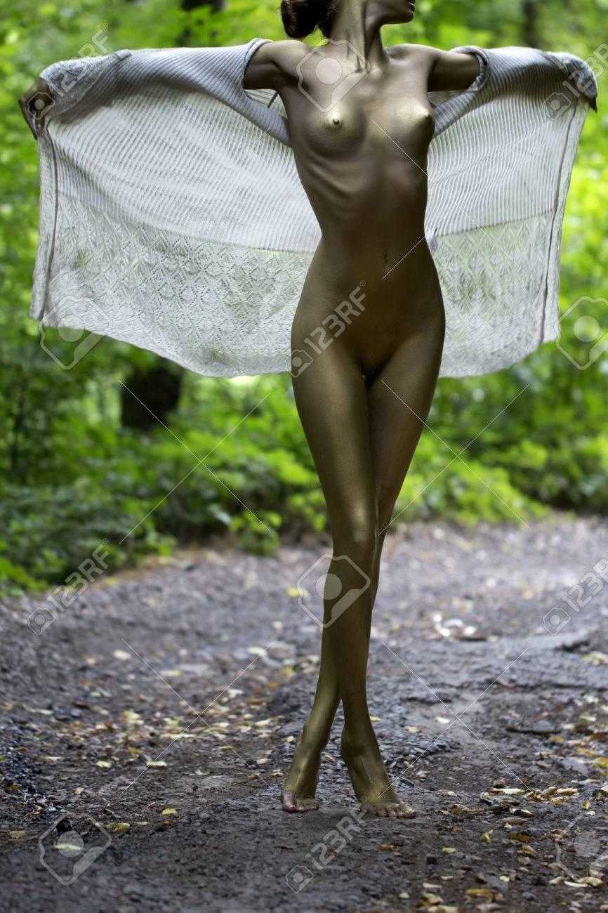madchen ziehen aus der kleidung nackt