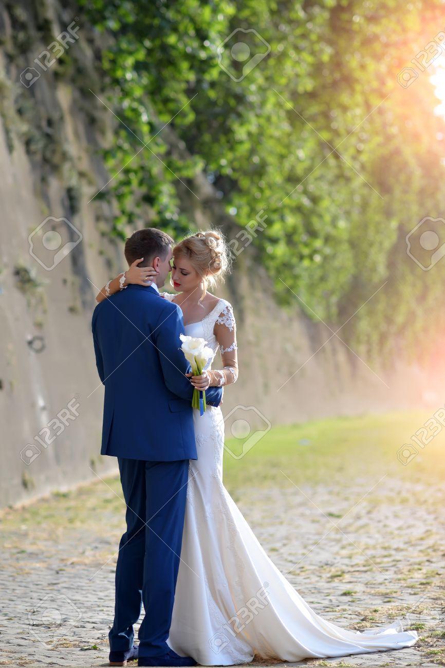 Schöne Junge Schöne Hochzeit Paar Blonde Frau Im Langen Weißen Kleid ...