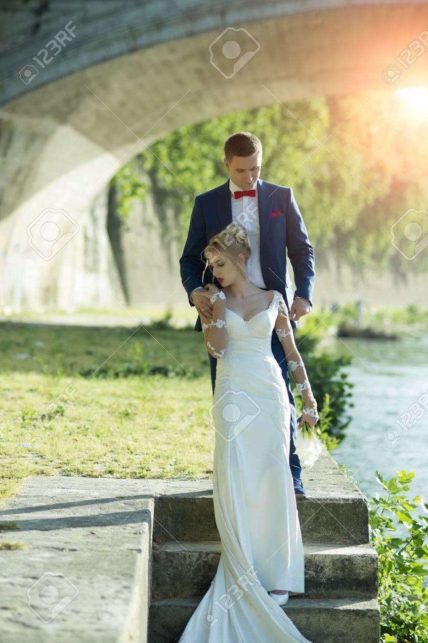Schöne Junge Zarte Hochzeit Paar Blonde Frau Im Langen Weißen Kleid ...