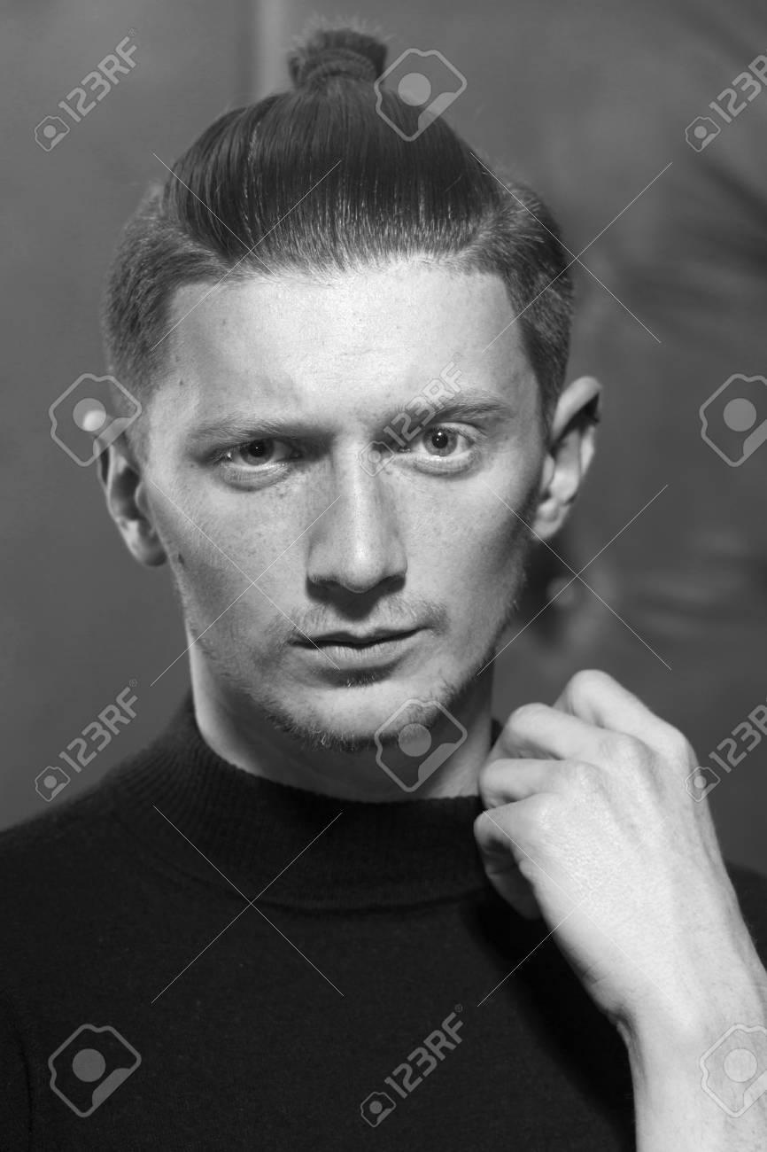 ModГЁle de coiffure masculine avec une queue de cheval