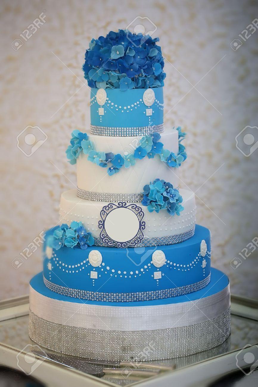 Un Gros Délicieux De Nombreux Niveaux Décoré Gâteau De Mariage Belles Couleurs Blanc Et Bleu Avec La Fleur Garlad Et Hortensia Bouquet Sur Le Dessus