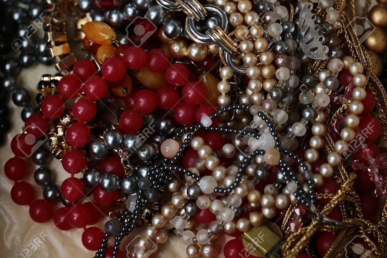 3ac862ba9a0b Foto de archivo - Hermosa elegante colección de bisutería de moda de  cadenas de collares de cuentas de vidrio y oro mintiendo juntos sobre fondo  blanco