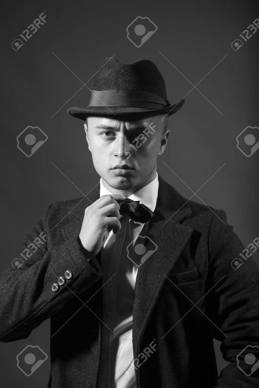 Retrato De La Moda Retro Años Cincuenta Joven Modelo De Hombre Serio Ceño  Fruncido Hermoso Que Parece Recta Vestido Con Sombrero De La Celebración De  ... a5e7db7c6b5