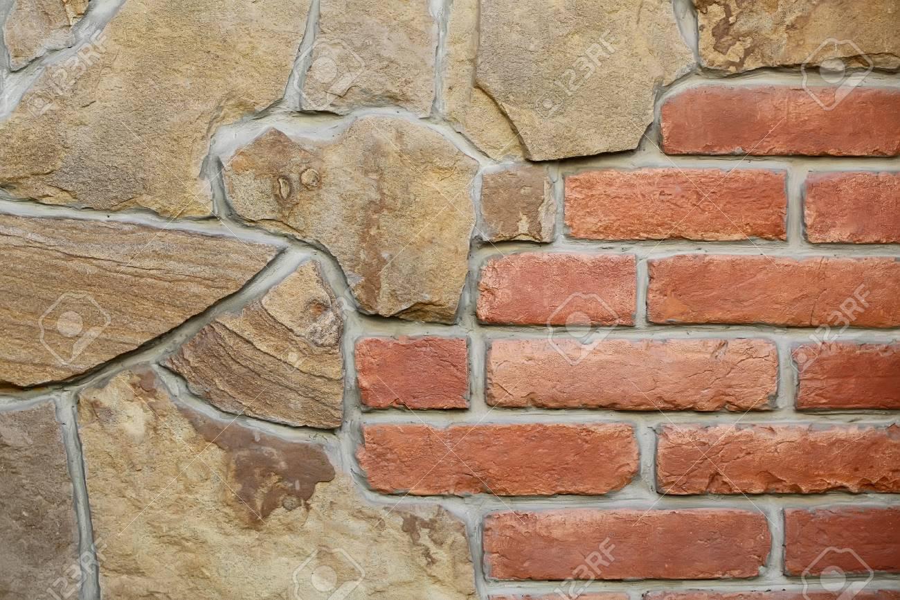 foto nahaufnahme außenwand aus braunem sandsteinen und roten ziegeln