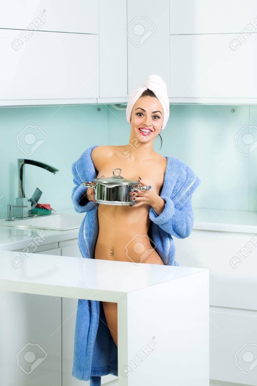 Nackt im bademantel