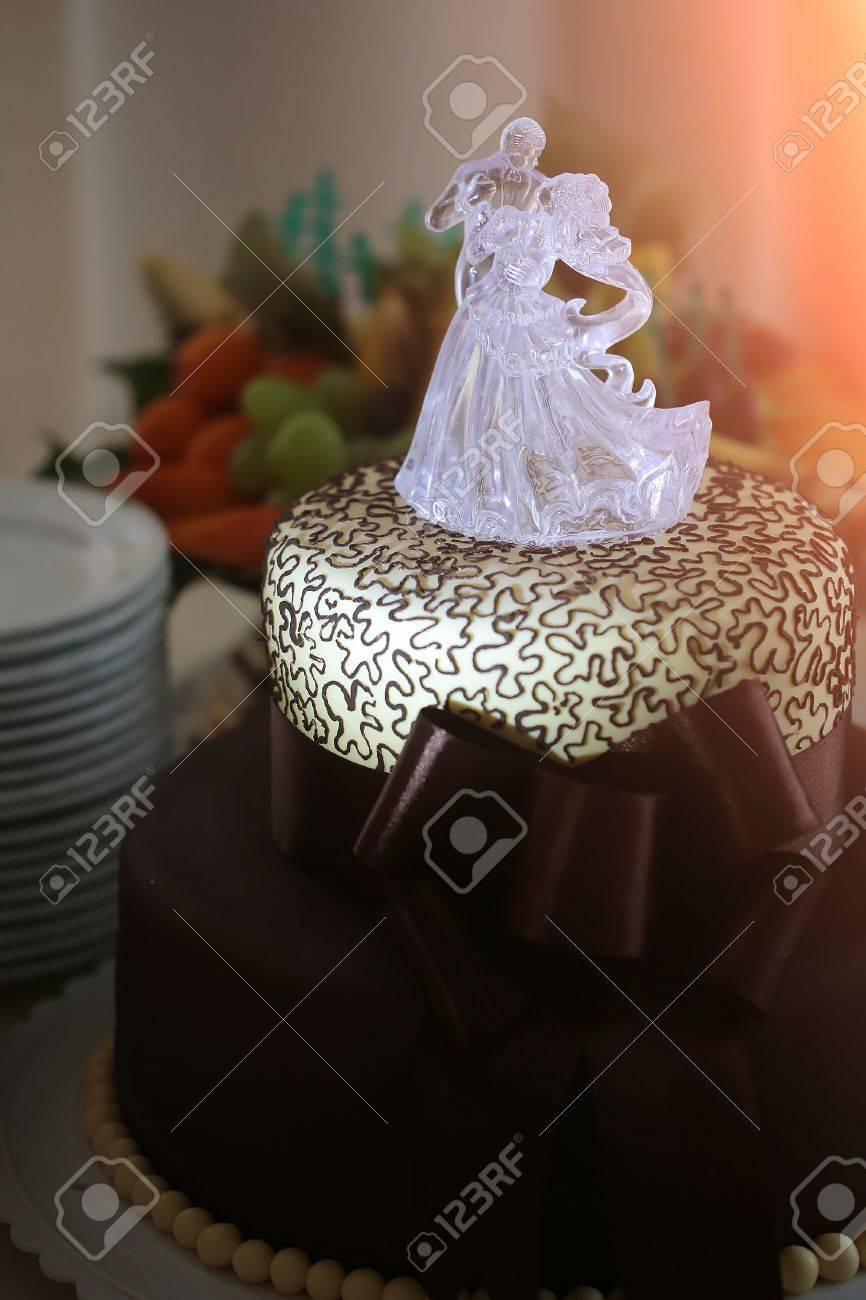 Tasty étonnant Deux Haut Gâteau De Mariage De Chocolat Sucré Dessert Noir Et Blanc Décoré Avec Grand Arc Danse Sur Glace Mariée Et Le Marié Statuette